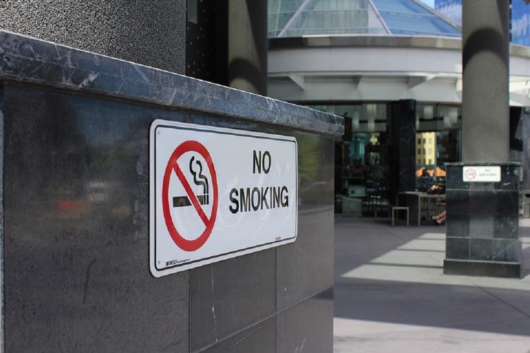 Минздрав предложил ограничить курение в аэропортах