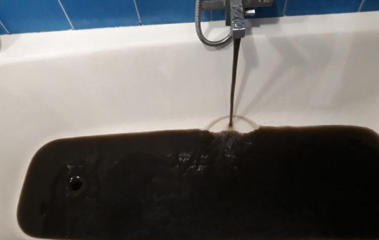"""В Екатеринбурге рассказали о """"нефти"""", которая течёт из  крана"""