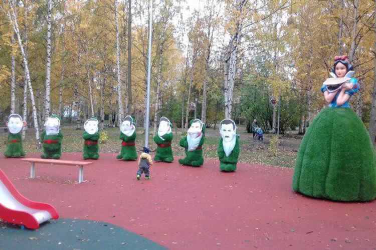 """""""Какие руководители, такая и сказка"""", в Архангельске портреты чиновников повесили на гномах в парке"""