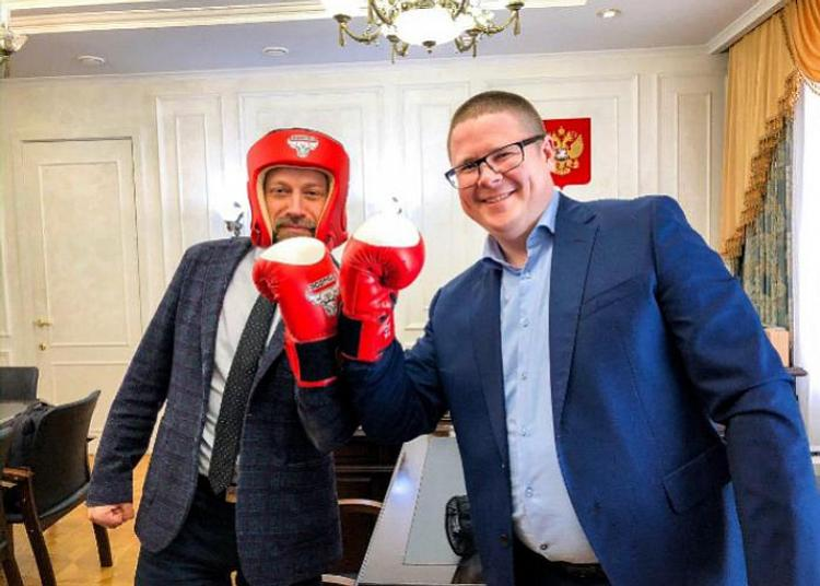 Вице-губернатор Анатолий Векшин подарил главе облизбиркома боксерские перчатки