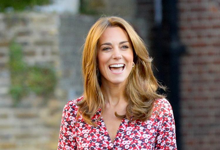 Герцогиня Кейт затмила жену принца Гарри, появившись на публике в скромном платье