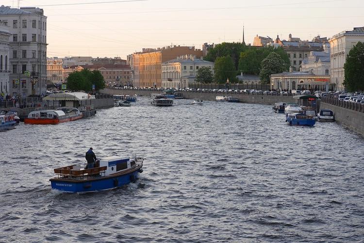 В центре Санкт-Петербурга автокран упал в реку