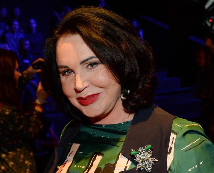 Надежда Бабкина продемонстрировала постройневшую фигуру в алом костюме