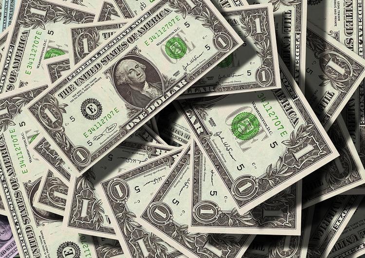 Российский миллиардер бросил в толпу 20 тысяч долларов и объяснил, для чего