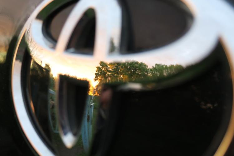 """Микроавтобус Toyota опрокинулся на трассе """"Лена"""" в Якутии. Пострадали несколько человек"""