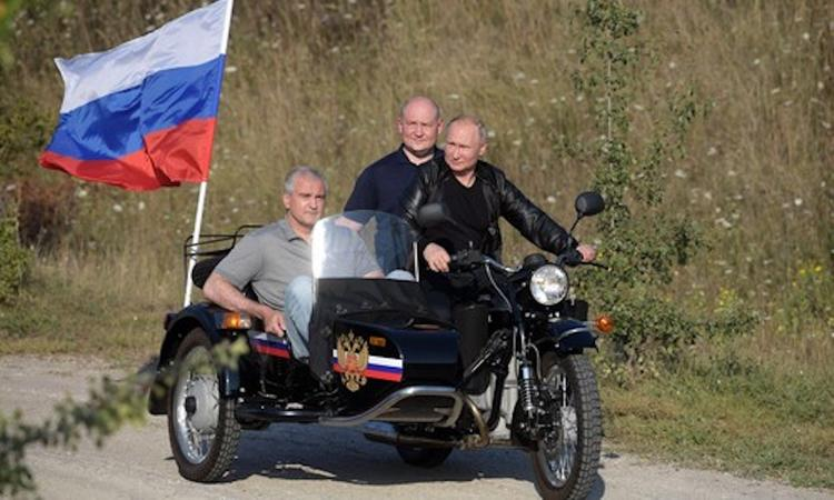 Как Аксёнов и Развожаев Путина с днём рождения поздравили
