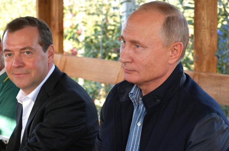 Дмитрий Медведев поздравил Владимира Путина с днем рождения