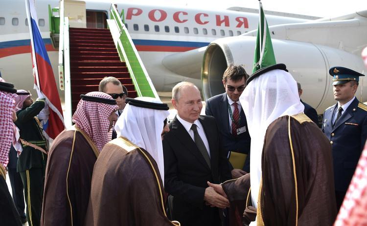 В Саудовской Аравии Путина встретили под залпы  артиллерийских орудий, а пожать российскому лидеру руку выстроилась очередь