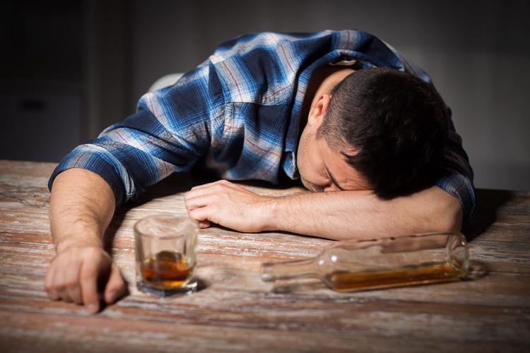 Пить стали меньше, а умирать от отравления алкоголем– больше