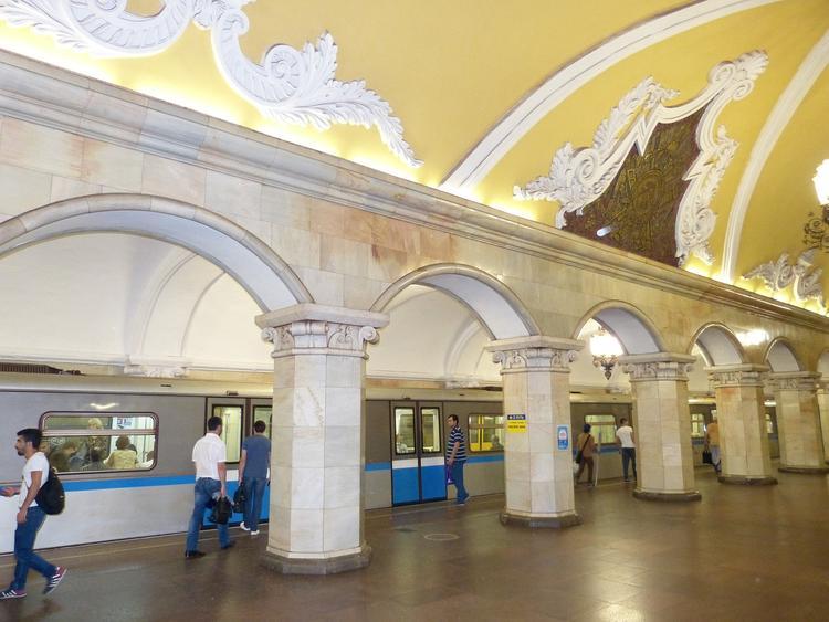 Мужчина упал на рельсы в московском метро