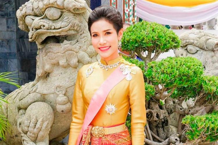 67-летний король Таиланда лишил свою 34-летнюю  фаворитку титулов
