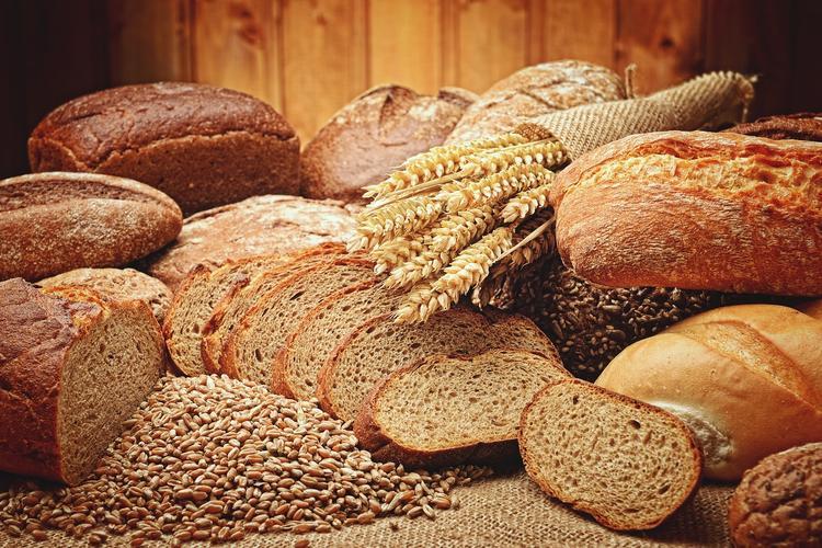 Врач объяснил, для кого черный хлеб вреднее белого