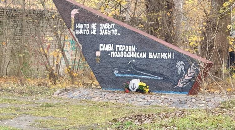 Памятник героям-подводникам в Риге ночью тихо вывезли