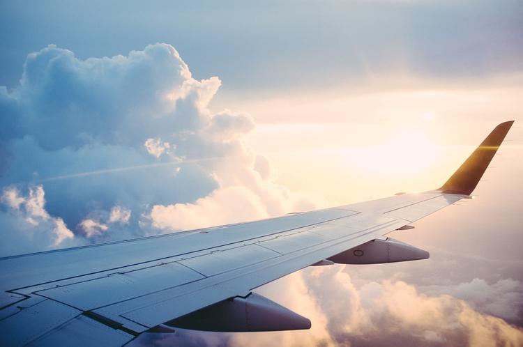 Самолет SSJ-100  из-за отказа двигателя готовится к аварийной посадке в аэропорту вылета в Тюмени