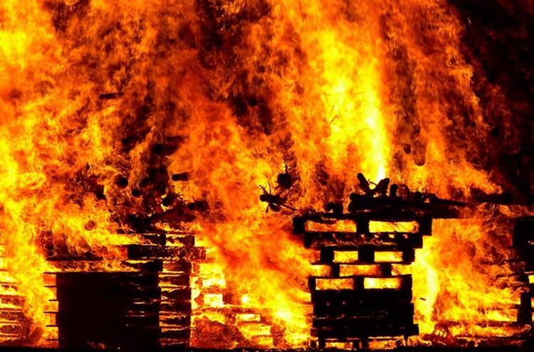 Многоквартирный жилой дом горит в Сыктывкаре