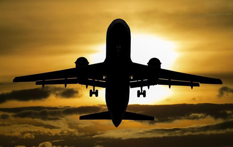 "Момент посадки самолета  ""Суперджет"" с отказавшим двигателем в Тюмени попал на видео"
