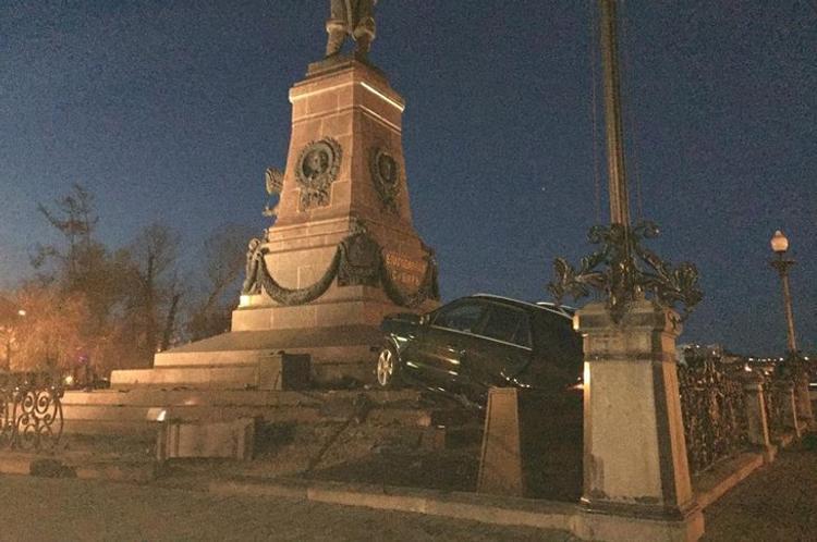"""В Иркутске водитель врезался в памятник Александру III, но за рулём """"не находился"""""""