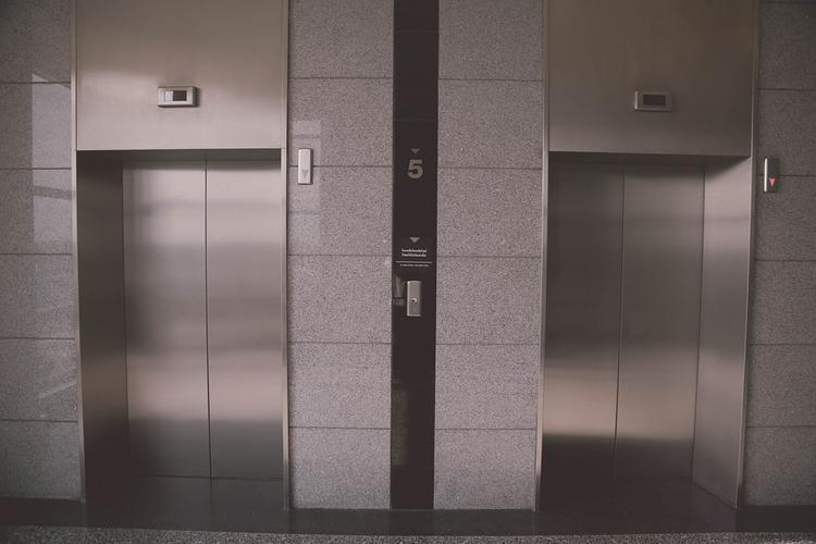 В  Петербурге двое мужчин упали  в шахту лифта в роддоме