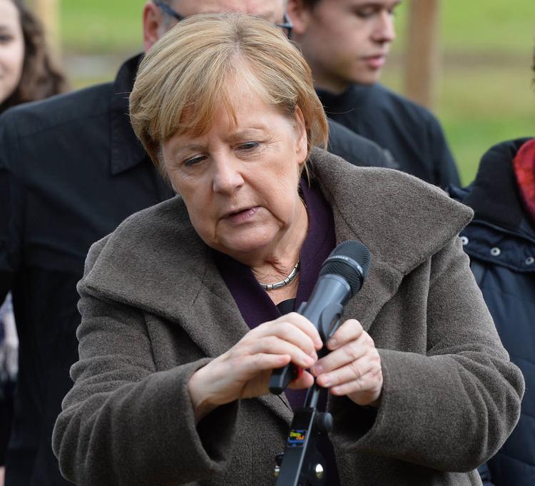 Меркель посыпалась