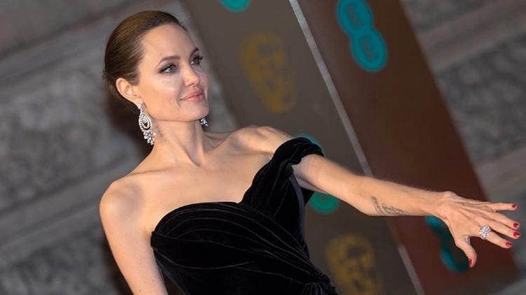 Анджелина Джоли снялась топлес для обложки глянца
