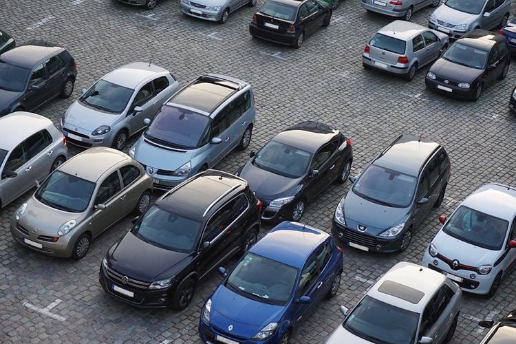 В Химках проверяют парковки двух ТЦ после сообщений о возможности взрывов