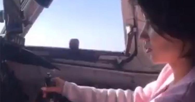 Похоже, долетались! Пилот хотел произвести впечатление и пустил за штурвал самолёта  Ан-24 свою девушку
