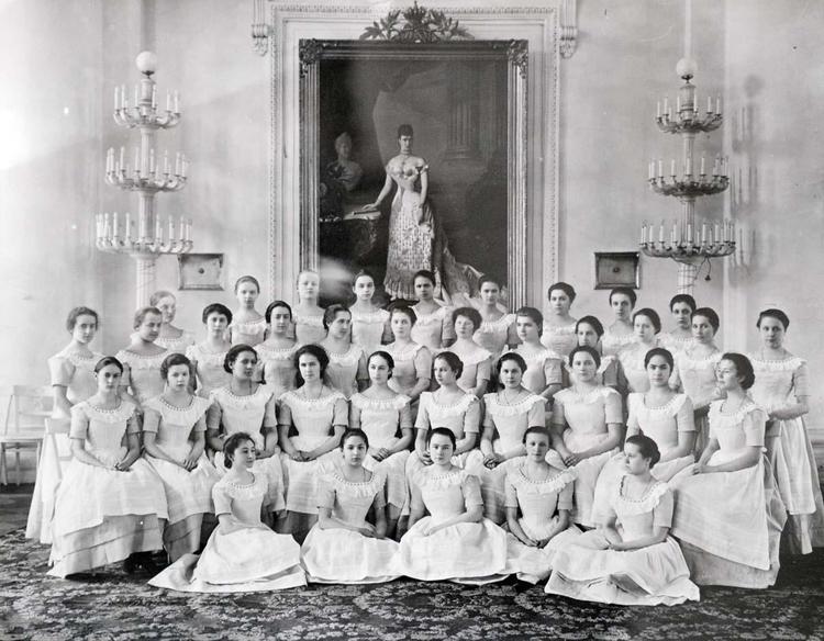 Институты благородных девиц: как барышни стали кисейными