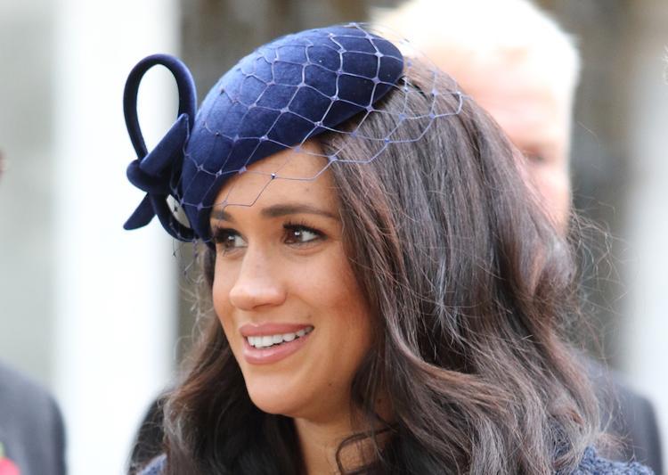 Образ герцогини Меган в объемном пальто вызвал у поклонников недоумение