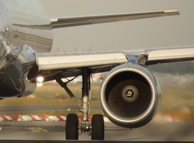 В Индии пилоты посадили самолет с горящим двигателем