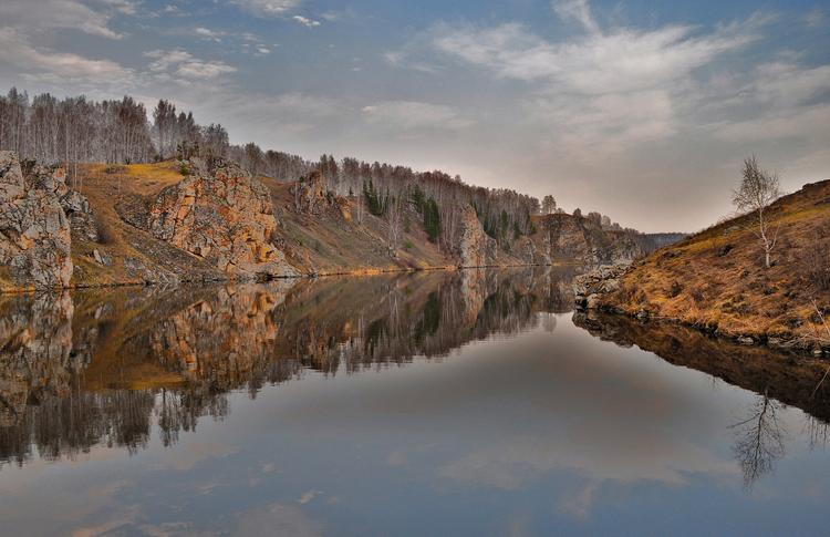 Разлили в реку. В уральской реке Исеть обнаружены пятна мазута