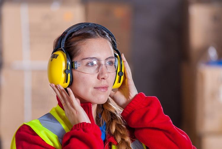 Белый шум помогает лучше слышать, заявили ученые