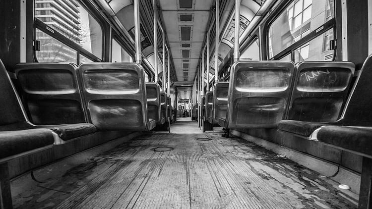 Мужчина избил беременную женщину до потери сознания в московском трамвае