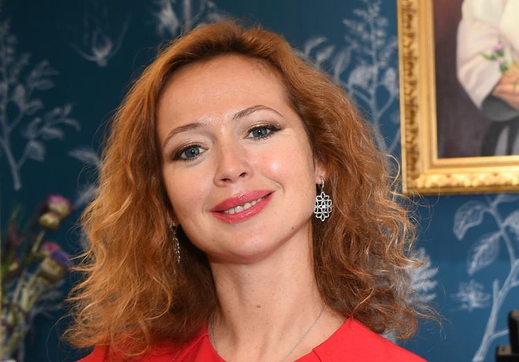 В сети обсуждают фигуру 44-летней актрисы Елены Захаровой в спортивном костюме