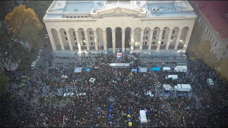 """""""Все против одного"""", грузинская оппозиция объединилась. В Тбилиси проходит масштабный антиправительственный митинг"""
