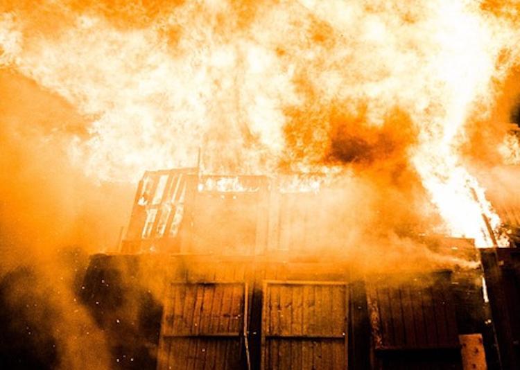 Площадь пожара на складе в Москве увеличилась