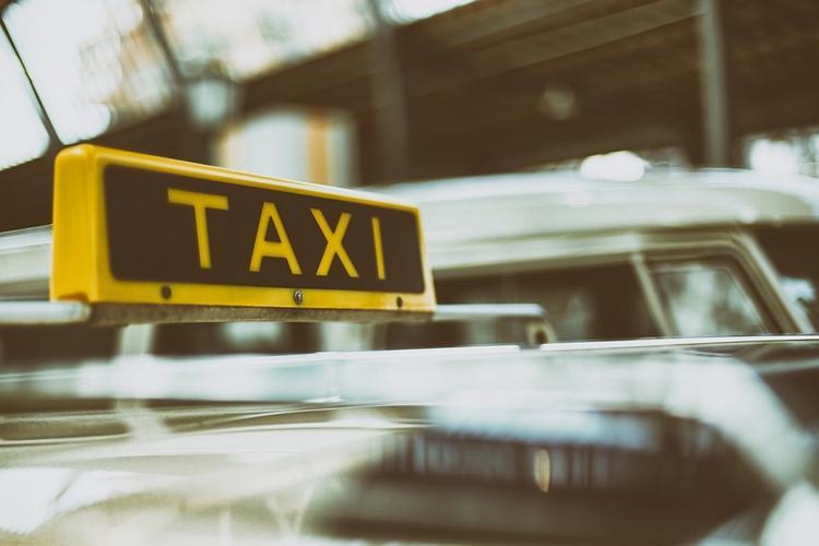 Вооруженный мечом мужчина отобрал машину у таксиста в Подмосковье