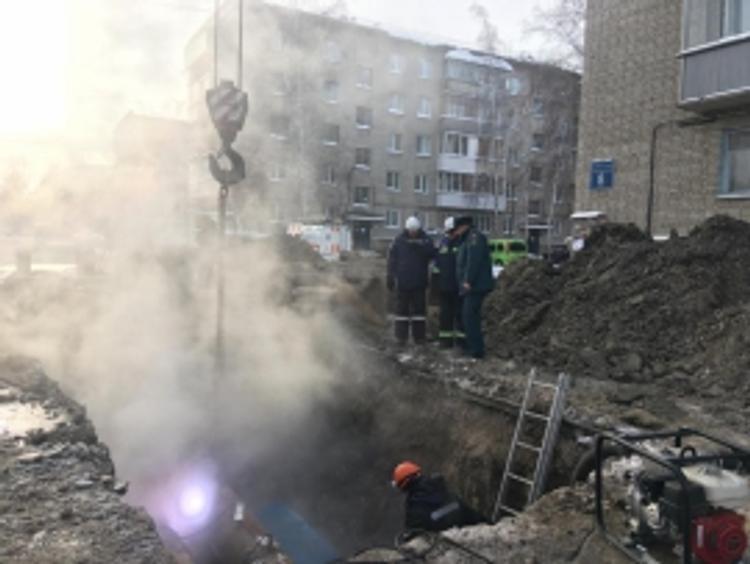 В Новосибирске из-за прорыва на теплотрассе  кипяток бил  фонтаном  на ул. Фасадной, а жители 118 домов остались без тепла