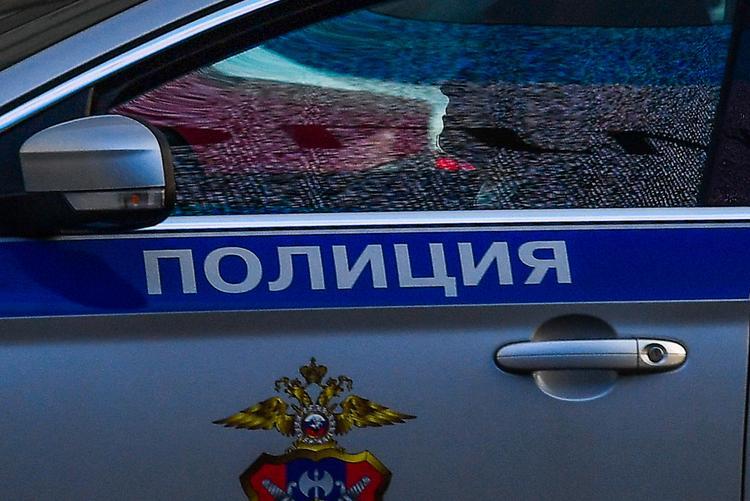 В Москве автомобиль врезался в остановку, водитель скрылся с места аварии
