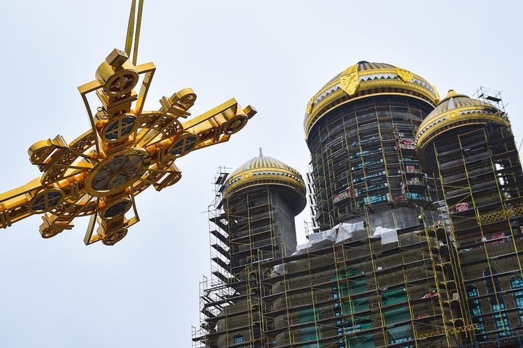 Военные строители приступили к установке православных крестов на Главный храм ВС РФ