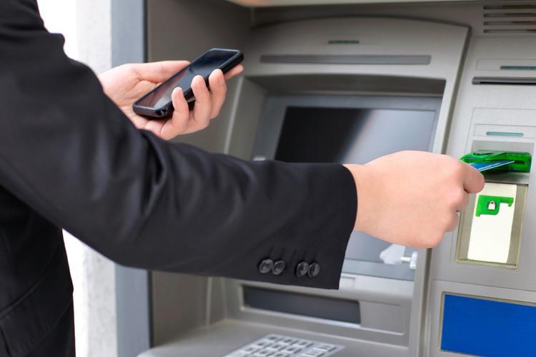 Ни в коем случае не прикасайтесь к чужой карте, оставленной в банкомате!