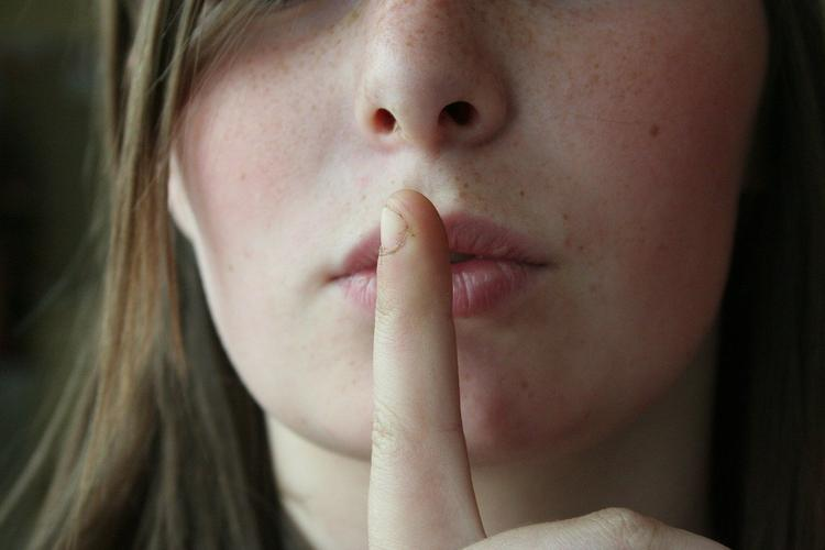 Ученые: при каких обстоятельствах люди не могут хранить секреты