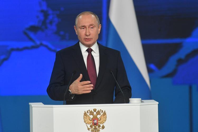 """Путин надеется, что мам в России не заменят """"родители номер один"""""""