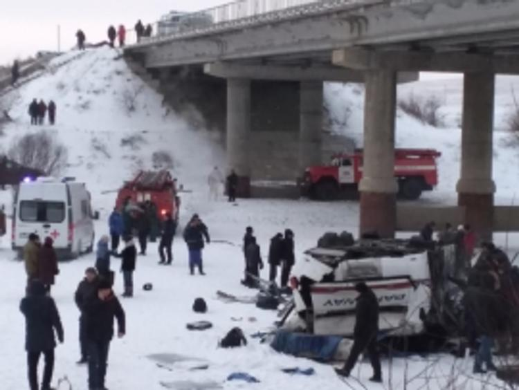 Частный автобус, упавший с моста в Забайкалье, перевозил туристов. Среди погибших - водитель