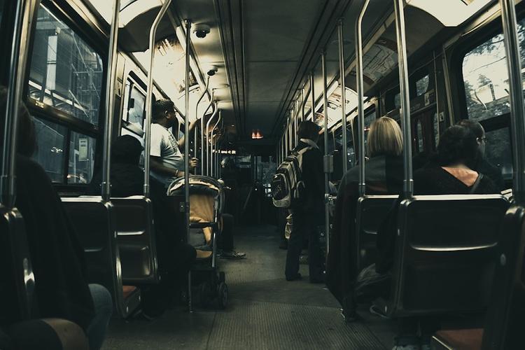 В Петербурге произошло задымление в автобусе, 50 пассажиров эвакуированы