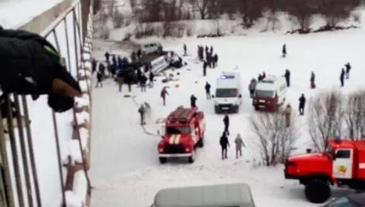 Пятнадцать пассажиров погибли, шестеро доставлены в больницу. Первое видео с места падения автобуса с моста в Забайкалье