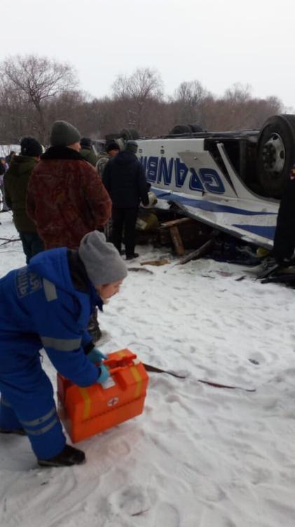 ГИБДД назвала причину опрокидывания автобуса с 6-метрового моста в реку в Забайкалье