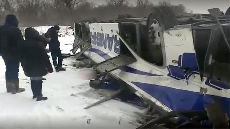 Автобус, рухнувший с моста, начали поднимать автокраном. Внутри еще находятся живые пассажиры, но число погибших - 19, двое детей