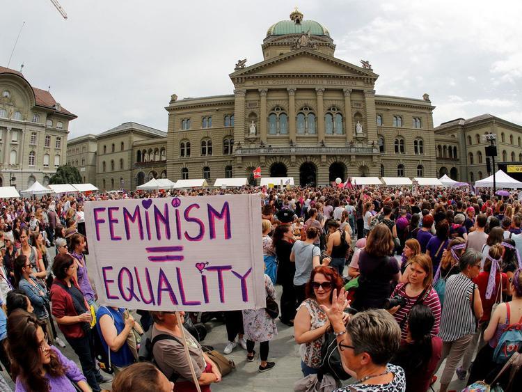 Швейцарские феминистки требуют то, что у российских женщин есть по умолчанию