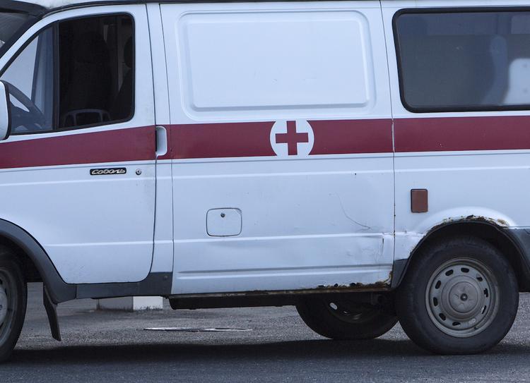В Барнауле автомобиль врезался в остановку, пострадала девушка