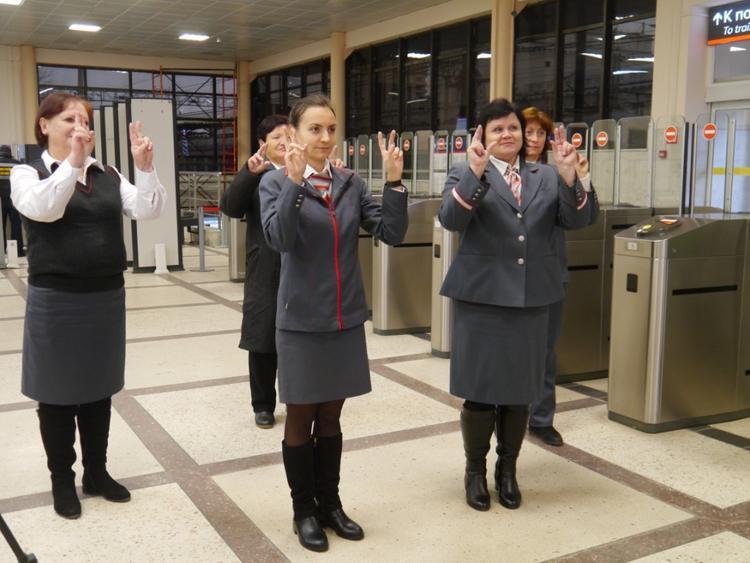 Билетных кассиров в Волгограде научили основам жестовой речи